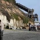 Crolla la scogliera sulla spiaggia: tre morti