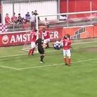 Arbitro segna un gol e non lo annulla
