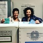 Mamma e figlia candidate sindaco una contro l'altra alle elezioni: la foto alle urne insieme col sorriso