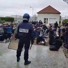 La polizia fa inginocchiare centinaia di studenti. Un video fa infuriare la Francia