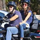 George Clooney dice addio alle due ruote. Amal lo fa scendere dalla moto: «Il terrore dopo l'incidente»