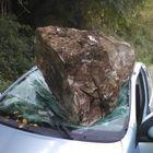 Masso di 4 quintali sulla Toyota, 30enne miracolato esce illeso: fidanzata sotto choc Foto