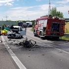 Frontale con un'auto, lo scooter prende fuoco: una vittima sulla Complanare