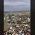 Marea di plastica a Santo Domingo, le immagini fanno il giro del mondo