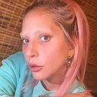 Lady Gaga irriconoscibile, nuovo look: senza trucco, capelli rosa e niente sopracciglia
