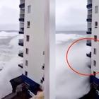 Mareggiata choc travolge un palazzo: distrutti i balconi fino al terzo piano