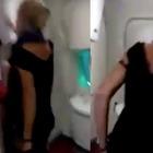 Ubriaca sul volo impazzisce contro l'equipaggio: «Sono un avvocato». Poi gli insulti razzisti VIDEO