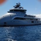 In Sardegna lo yacht extra lusso a prua rovesciata: le foto incredibili
