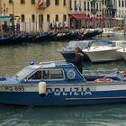 Giallo a Venezia, dal canale affiora il corpo di un uomo seminudo: nessun documento