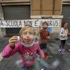 Napoli, la protesta di mamme e maestre davanti alla Regione Campania (Newfotosud, Alessandro Garofalo)