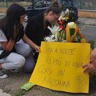 Roma, travolto sulle strisce, gli amici del 14enne: «L'ha sbalzato per 20 metri e si è fermato perché l'auto era distrutta»