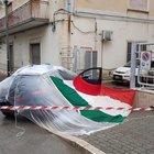 I militari coprono l'auto con il tricolore