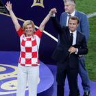 Macron e la presidente croata in campo mano nella mano