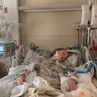 Studentessa 18enne in coma per una malattia rara ai polmoni. Il medico: «Colpa della sigaretta elettronica»