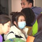 Virus Cina, cartelli negli aeroporti italiani: «Vaccinatevi e rimandare viaggi non necessari»