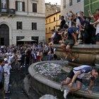 Roma, la fontana di Campo de' Fiori sfregiata dai tuffi dei francesi