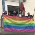 La bandiera di Lgbt al Comune di Casal di Principe