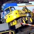 Il camionista non vede il passaggio a livello, l'incidente con il treno è impressionante