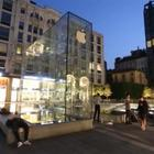 Milano, dalla Russia con amore per l'iPhone Xs: le lunghe file davanti all'Apple Store