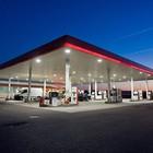 Sbaglia carburante, rompe l'auto  e incolpa il benzinaio: a processo