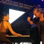 Piero Pelù e Gianna Fratta si sposano: il primo duetto insieme tra il re del rock e la direttrice d'orchestra Video