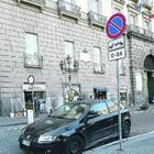 L'auto della consigliera DemA de Majo in divieto di sosta davanti al Comune
