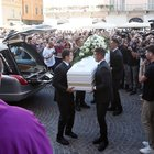 Nadia Toffa: in centinaia ai funerali della conduttrice