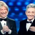 Amadeus apre vestito da Maria De Filippi. Poi Fiorello rivela: «Ci hanno chiesto di fare il Sanremo bis»