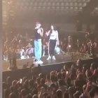 Sfera Ebbasta invita la fan sul palco, lei stupisce tutti: nata per lo show Video