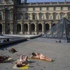 41 gradi a Parigi, anche il Museo del Louvre diventa una spiaggia