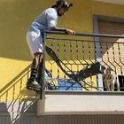 Vittorio Brumotti si arrampica e salva il cucciolo di Labrador abbandonato