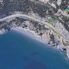 Bergeggi (Savona), grave 12enne travolto da cassonetto gettato in spiaggia dalla strada