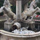 I vandali spaccano la fontana del Borgo