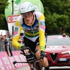 Giro d'Italia, Dennis vince la crono a Rovereto: Yates sempre in rosa