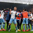 La Lazio soffre ma vince 2-3 a Genova e Inzaghi tiene in vita il sogno scudetto