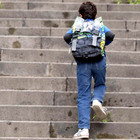 Bimbo di 6 anni scappa di casa per andare a scuola: bloccato in tangenziale