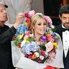 Foto Michelle vestita da mazzo di fiori: Baglioni la annaffia