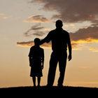 Il padre è assente e violento, a 9 anni «cambia» genitore