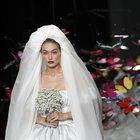 Gigi Hadid sfila per Moschino a Milano, l'abito da sposa ha lo strascico di farfalle