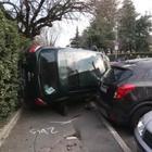 Milano, auto si ribalta nel parcheggio di una scuola elementare
