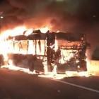 Roma, autobus in fiamme sul Gra: l'autista illeso per miracolo