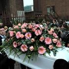 """Bara bianca portata a spalla da quattro donne: """"No alla violenza""""Foto"""