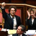 Il decreto Genova è legge: ok Senato. Pugno alzato di Toninelli, è bagarre