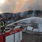 A fuoco due capannoni pieni di rifiuti: allerta nube tossica. Ai residenti: «Non aprite le finestre» Video