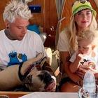 Chiara Ferragni, la foto sul jet privato con Fedez, Leone e il cane. Ma manca qualcosa, o qualcuno...