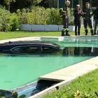 Forte dei Marmi, Cadillac a tutta velocità sfonda il muro dell'hotel e finisce in piscina VIDEO