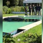 Forte dei Marmi, Cadillac sfonda il muro di un hotel e finisce in piscina