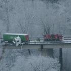 Camion resta in bilico sul viadotto: choc in superstrada FOTO