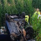 Terribile incidente frontale: auto si cappotta, un morto e tre feriti