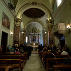 Milano, irrompe sull'altare durante la messa, insulta i fedeli e bestemmia: ventenne arrestato e multato